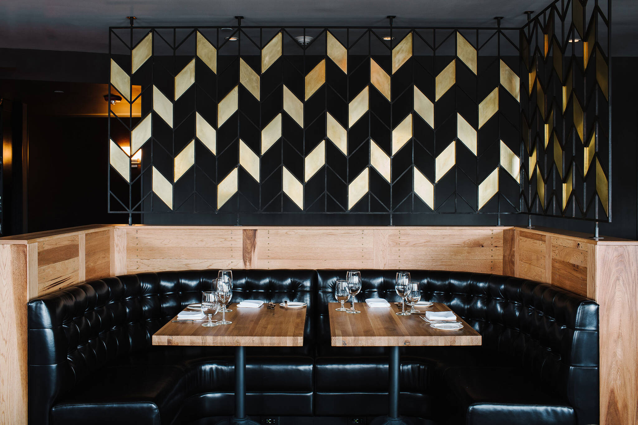 Classic booth on the American Cut Bar & Grill project located at 495 Sylvan Avenue in Englewood Cliffs, New Jersey designed by the architecture studio Danny Forster & Architecture